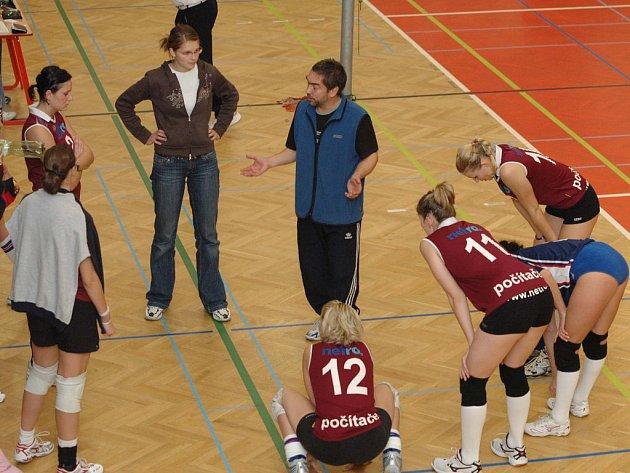 Málo radosti zažili v minulém kole II. ligy volejbaloví fanoušci VK Rokycany. Naše děvčata podlehla Lokomotivě Plzeň 0:3 a 2:3.