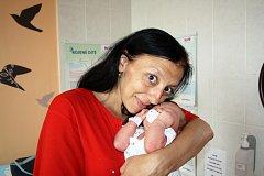 JULIE REDLOVÁ z Hrádku přišla na svět 25. července v 19 hodin a 21 minut. Manželé Zdeňka a David už mají doma prvorozeného syna Davídka (9 let) a věděli, že tentokrát si z porodnice ponesou malou slečnu. Julinka se narodila s mírami 4250 gramů a 54 cm.