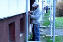 Panelové domy dostávají teplý kabát. O pozdržení procesu se však v Rokycanech na Jižním předměstí postarali rorýsové obecní.