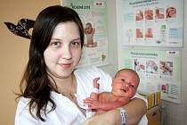 EMMA PELCOVÁ ze Svojkovic bude mít ve svém rodném listu datum narození 7. října. Přišla na svět v 19:00 hodin. Maminka Jana a tatínek Miloslav znali pohlaví svého prvního dítěte dopředu. Malá Emmička vážila 3200 gramů, měřila 49 cm.