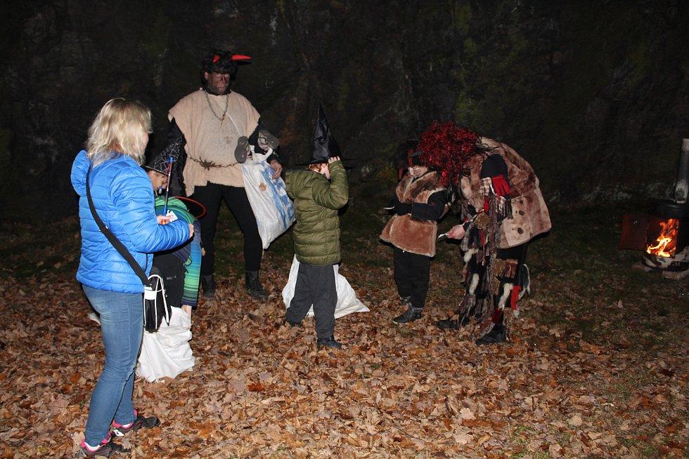 Stovky návštěvníků vyrazily v sobotu v podvečer na Kamýk u Oseka. Konal se zde rej strašidel a výtěžek je věnovaný Tobiáškovi Zatloukalovi z Volduch.
