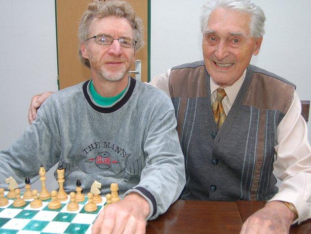 Jaroslav Olšar z Baníku Ostrava (vlevo) se stal v Anglii mistrem Evropy zrakově postižených kuželkářů. Své kvality potvrdil v Rokycanech, kde triumfoval v turnaji o putovní pohár města.
