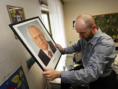 Obraz Václava Klause mizí ze zdí.