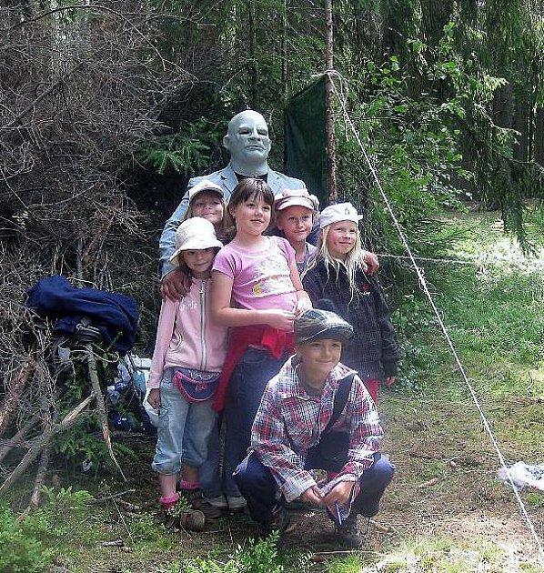 Na Pohádkové, a místy i strašidelné, cestě lesem z Rokycan na Kozel děti potkaly mimo jiné například Fantomase. Nebály se ho ani Markétka Majerová, Terezka Oxová, Sárka Ješenková, Kony Bischofová či Kristýnka Škubalová, důkazem je společný snímek.
