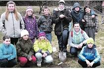PÁŤÁCI ze zbirožské školy zasadili strom Pohádkovník v rámci Noci s Andersenem.