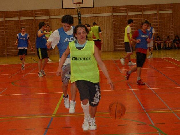V hale rokycanského gymnázia se v úterý uskutečnilo basketbalové finále středních škol. Zářili v něm domácí a Tomáš Terč (v zeleném) právě útočí na koš borců SOŠ.