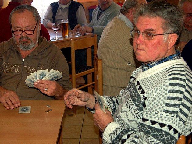Zimní karetní festival  O mistra mariáše Rokycanska se minule týkal Kařízku. Pod Kaštanem se mezi padesáti účastníky představili i Jaroslav Flajšhanz u Plzně (vlevo) a Jiří Lis z Blatné.