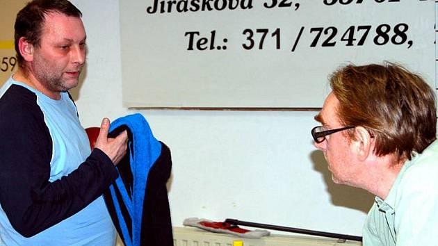 Ofenzivně naladěný Jaroslav Novák (vlevo) nastupoval za sextet SKK Rokycany D v pondělním mistrovském střetnutí proti kuželkářům Přeštic B. Znalost drah se projevila pozitivně a naši borci deklasovali jižany 14:2.