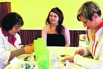 OSAZENSTVO sobotní akce Měření pro zdraví si v sále restaurace Pod Jasanem v Kamenném Újezdu nemohlo stěžovat na nedostatek ´pacientů´. Věnovalo se také Věře Kakáčkové z Mirošova (uprostřed).