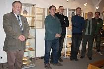 VÝSTAVA Paleontologie a skalníci na Rokycansku přilákala jak odborníky, tak spoustu amatérských fanoušků paleontologie. Všem pak zčásti nastínil vizi budoucího vývoje muzea ředitel František Frýda (vlevo).