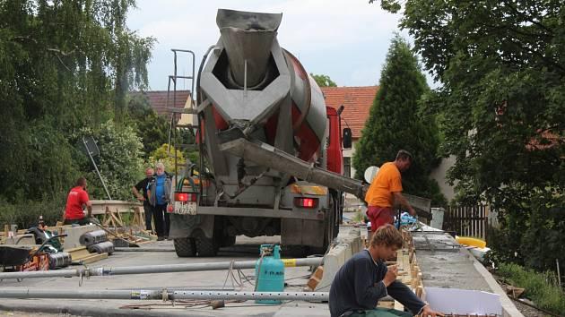 OPRAVA MOSTU V BEZDĚKOVĚ finišuje. V sobotu odpoledne tu dělníci betonovali a dnes mají mít sólo asfaltéři. Je pravděpodobné, že od středy by mohl být uvolněn jeden jízdní pruh pro osobní vozy.