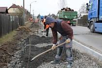 V Kamenném Újezdu pokročila stavba chodníků a dešťové kanalizace. Hotový už je úsek od Hrádku do středu obce. Teď dělníci pracují na pokládce od Rokycan. Řidiči se musí obrnit trpělivostí, dopravu usměrňuje semafor. Stavba má skončit do letních prázdnin.