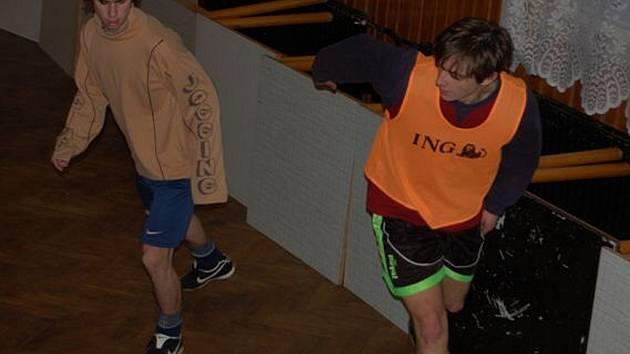 V Rakové uspořádali fotbalisté 25. prosince miniturnaj na parketách kulturního domu. Na snímku bojují Rottenborn (vlevo) s Lindou.