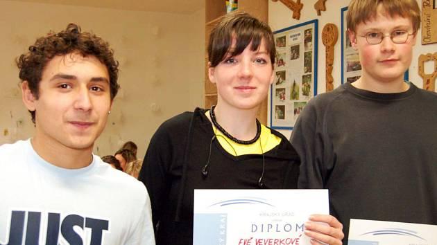 Eva Veverková vyhrála okresní kolo olympiády ve znalostech německého jazyka v kategorii středoškoláků. Za gymnazistkou skončil druhý Věroslav Giňa ze SOŠ (vlevo) a třetí byl Pavel Purkart.