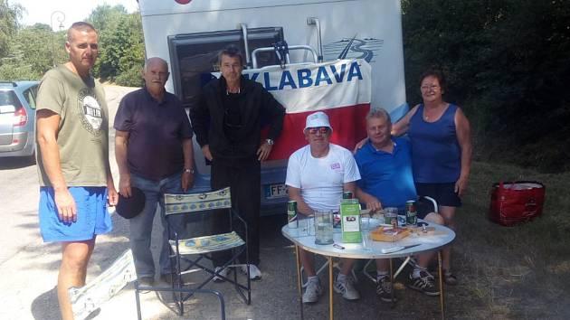 Otec a syn Nachtigalové z Klabavy (první a třetí zleva) i vpravo sedící Josef Kotnauer ze Strašic. Taková byla tříčlenná sestava, která z Rokycanska vyrazila na jednu z etap Tour de France. Pozval je Josef Pobuda (v bílém tričku i kloboučku).