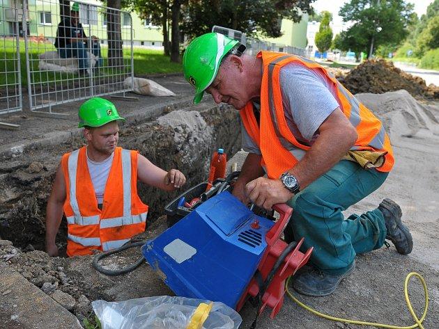 PRACOVNÍCI firmy, podílející se v okresním městě na pokládání nového vedení plynu v ulicích Čechova a zčásti i Pod Ohradou, se museli včera vypořádat také s výkopovými pracemi porušeným vedením veřejného osvětlení.