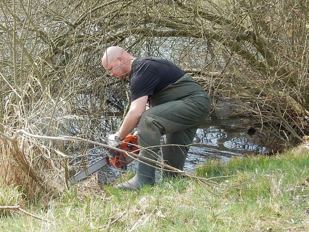 NÁROČNOU prořezávkou prošly břehy rybníku ležícího v centru obce. Do vody musel Zdeněk Vosyka s motorovou pilou, aby ořezal větvě prorůstající hladinou až do dna nádrže.