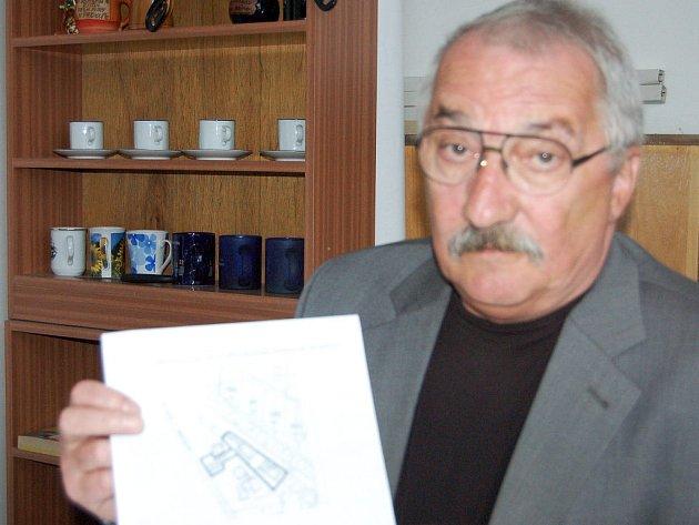 V Hrádku je od středy zakázáno požívání alkoholu v deseti určených částech města. Geodetické plánky lokalit jsou součástí obecně závazné vyhlášky a představil nám je starosta Jaroslav Perlík (na snímku).