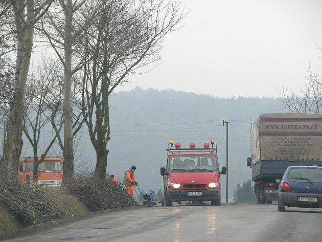 Jedním z míst, kde silničáři v minulých dnech záplatovali povrch vozovky, bylo  i  okolí Dobříva.