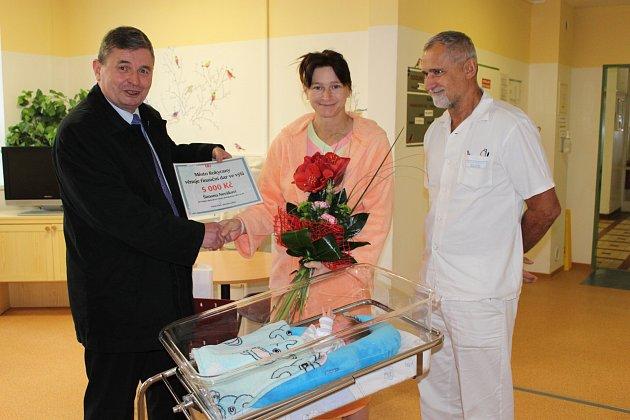 STAROSTA ROKYCAN Václav Kočí vyrazil včera ráno do porodnice. Mamince malého Šimona Nováka předal šek na pět tisíc korun a byl u toho lékař Petr Říha.