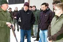 V Hrádku na střelnici MS Javor se konala první část zkoušek nových myslivců. Lubomír Fuchs (vlevo) seznámil frekventanty s bezpečným provozem.