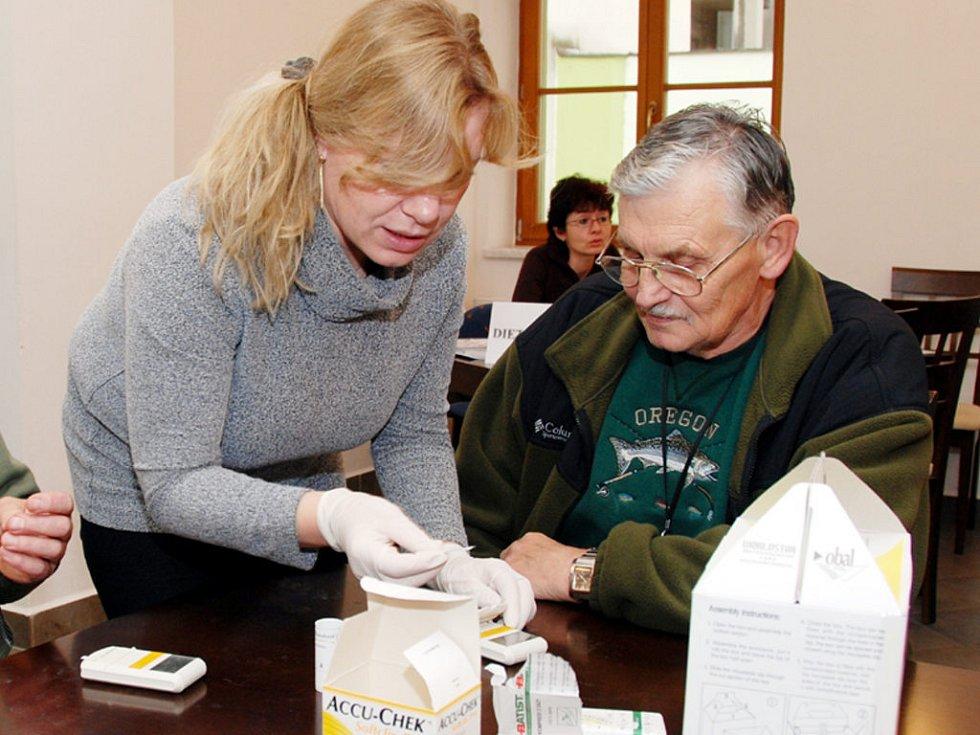 Zajistit akci Měřením ke zdraví není jednoduché. Výsledkem jsou ale spokojení návštěvníci, kteří si mohou například od Pavly Kantoříkové z VZP nechat odborně změřit hladinu cholesterolu v krvi.