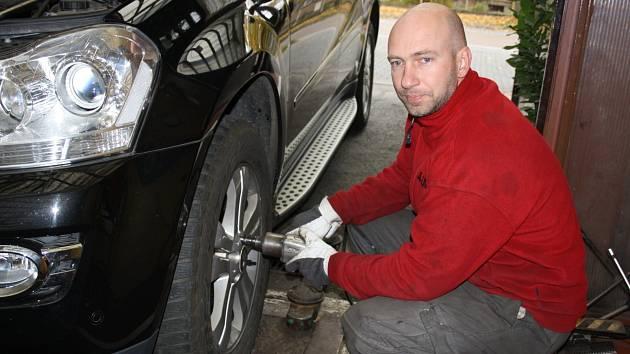 Zdeněk Mikudík při přezouvání pneumatik v servisu v Rokycanech. Opravdový nápor je však teprve čeká. Od prvního listopadu totiž vejde v platnost zákon o pneumatikách.