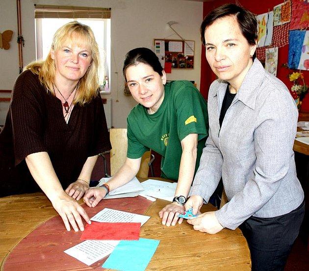 Mirka Prokopová, Ivana Krýslová a Marie Dušková iniciovaly nápad na výrobu hmatové knížky.