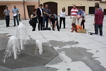 POSLEDNÍ PROVĚŘENÍ ovládacího mechanismu vodního zařízení a tři proudy fontány v zrekonstruovaném prostranství Spilky vystříkly. Včera byla na programu kolaudace celkové revitalizace zmíněného prostranství v centru Rokycan.