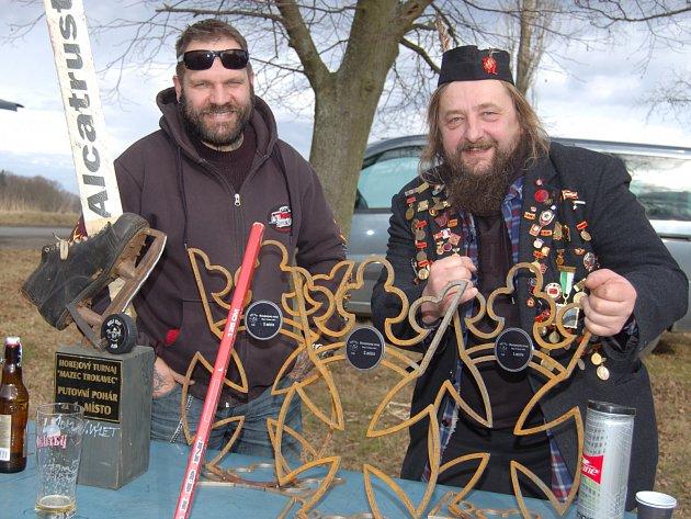 ŠMAKY alias Petr Berit a MECH vulgo Honza Fořt (zleva) instalovali v Trokavci ceny pro vítěze motorkářského turnaje. Led chyběl, takže nadšenci si zahráli na trávě hokej s míčkem.