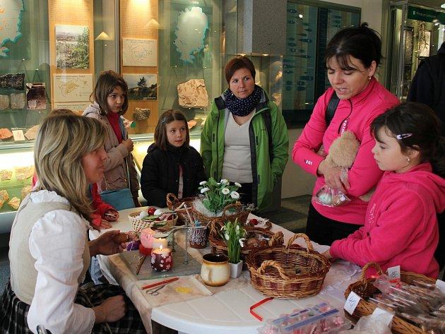 Z TÝČKU A ZBIROHA dorazily do rokycanského muzea matka dvě Lenky Benediktové. Matka s dcerou a obě předvedly nadšeným návštěvníkům nepřebernou škálu jarně laděné produkce.