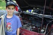 Vykuk z druhé třídy J. Kořínský si zvědavě prohlížel kapotu  shořelého auta.