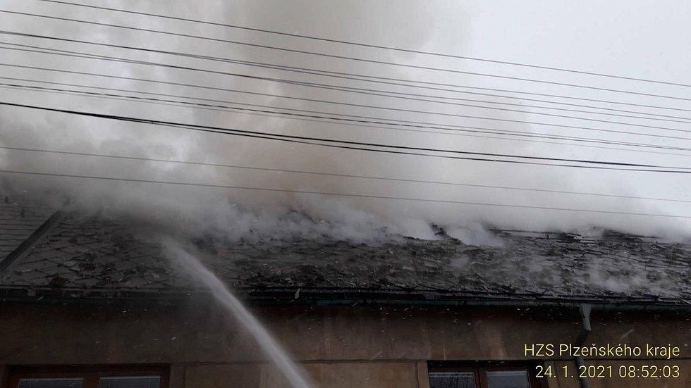 Požár poloviny rodinného domu v Dobřívě