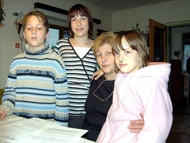 Pro Martu Hanzlíčkovou jsou v těžkých životních chvílích oporou její vnoučata. Zleva Zdeněk, Nikola a vpravo je Míša, která prý byla dědečkovým miláčkem.