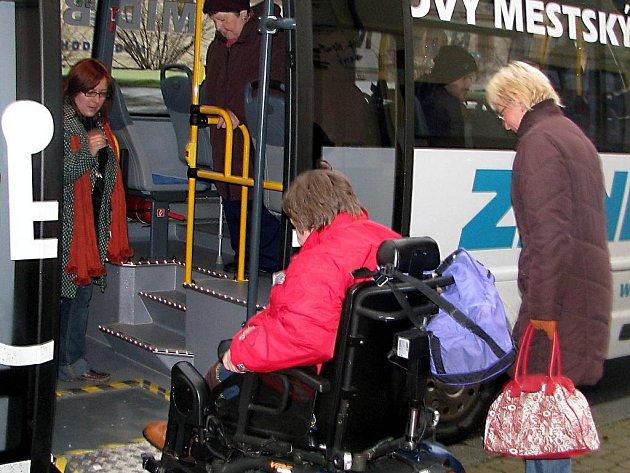 Lenka Sklenářová si vyzkoušela nájezd do speciálního autobusu po bezbariérové plošině.