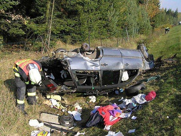 Nehoda u Mýta. Na rokycanském úseku dálnice boural včera, 15. října, před 14. hodinou osobní vůz VW Passat. Pro zraněné pasažéry přiletěl vrtulník.