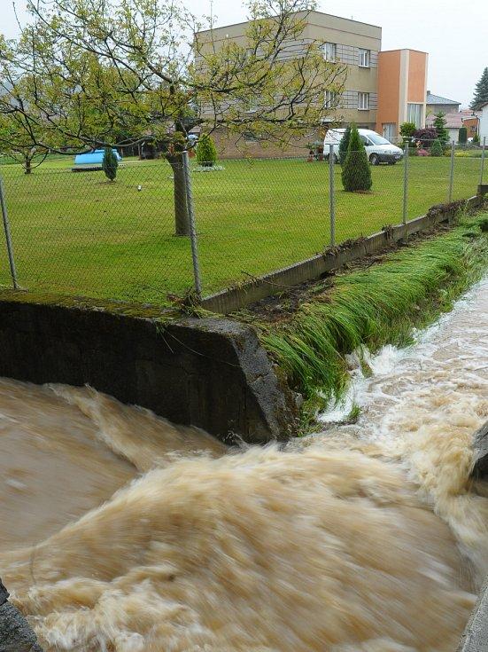 Kamenný Újezd - Ráno voda v některých částech obce opadala