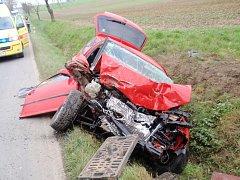NEHODA traktoru a osobního vozidla zaměstnala v severním cípu okresu složky záchranného systému na pět hodin.