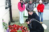 Mezi těmi, kdo těsně před dvanáctou na pietním místě u rokycanské radnice zapálili svíčku k uctění památky zemřelého prezidenta Václava Havla, byl i starosta města Vladimír Šmolík