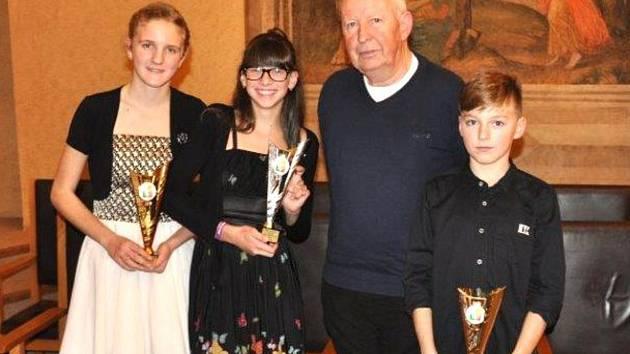 Slavnostní vyhlášení. Na snímku jsou zleva: Kateřina Ivasienková, Karolína Blažková, trenér Michal Šůcha, Jiří Rejzek.