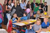 POCHLUBIT SE ŠKOLNÍ AKTOVKOU, potkat staré kamarády ze školky nebo se seznámit s novými a ještě k tomu dárek na lavici. Tak nějak vypadal první školní den nových školáků na Jižním předměstí.