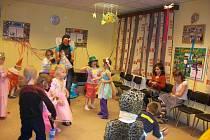 Tradiční odpoledne v maskách absolvovaly děti v Hrádku.  Sešly se na pozvání sdružení Pionýr v tělocvičně školy a rodiče pro ně vytvořili nápadité převleky. Na snímku jsou holčičky a kluci z oddílu Tykadla.