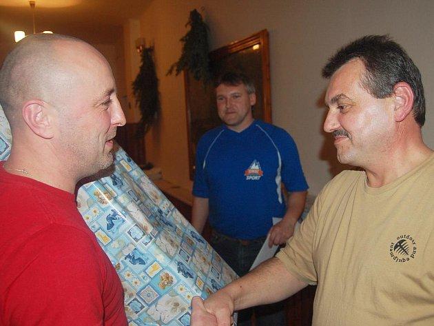 Zdeněk Čmolík (vpravo) je šéfem dobrovolných hasičů v Kamenném Újezdě. Při sobotní valné hromadě poblahopřál rodičům nedávno narozených dětí, které už jsou prakticky od kolébky členy sboru.