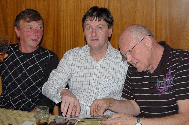 V letech 2003, 2008 a 2011 si dali dostaveníčko bývalí pracovníci ZZN Rokycany. Letošní sraz se odehrál v závěru týdne v restauraci Sokolovny a účastníci si přinesli množství dobových fotografií i kronik.