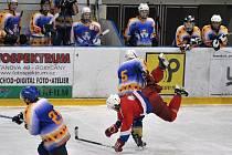 Na domácím ledě se proti Klášterci nad Ohří nevedlo ligovým juniorům HC DAG Rokycany. Prohráli výrazně 1:6 a na snímku je moment z páté minuty.