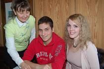 HELENA ZEMANOVÁ (vlevo) se v důchodu věnuje doučování školáků v matematice. Včera pozvala některé svěřence. Filip Kučera přiblížil studium v anglickém Birminghamu a Hanka Stáňová se usadila v německé Bochumi.
