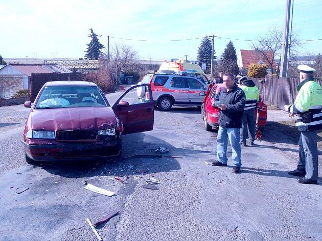 U Svojkovic e v neděli odpoledne střetla dvě osobní auta. V jednom z vozů se nacházel kojenec, kterého zdravotníci hned na místě vyšetřili. Transport do nemocnice nebyl naštěstí nutný. Foto: HZS