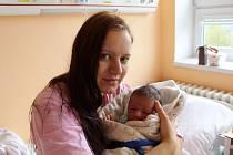 JAKUB VÁGNER z Kladrub se narodil 28. dubna brzy ráno, v 01:35 hodin. Maminka Nikola a tatínek František, který byl na sále pomáhat, věděli dopředu, že jim čáp přinese malého klučinu. Kubíkovi sestřičky navážily 3400 gramů, naměřily 49 cm.