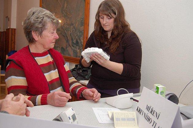 Kamenný Újezd patřil v sobotu dopoledne potenciálním pacientům. Měření pro zdraví se týkalo i Kateřiny Reichlové (vpravo), která zjišťovala u zájemců hodnoty krevního tlaku.