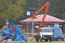 NOVÉ HODINY jsou na svém místě. Na břeh koupaliště v okresním městě je instalovali pracovníci z Vyškova včera dopoledne.